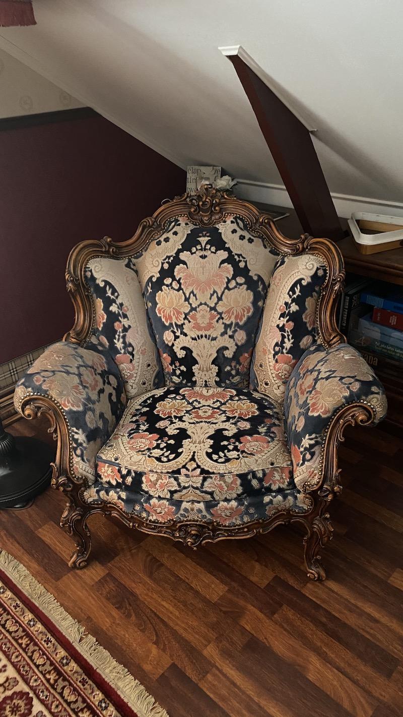 Käsinkaiverrettu antiikkinen sohvakalusto.